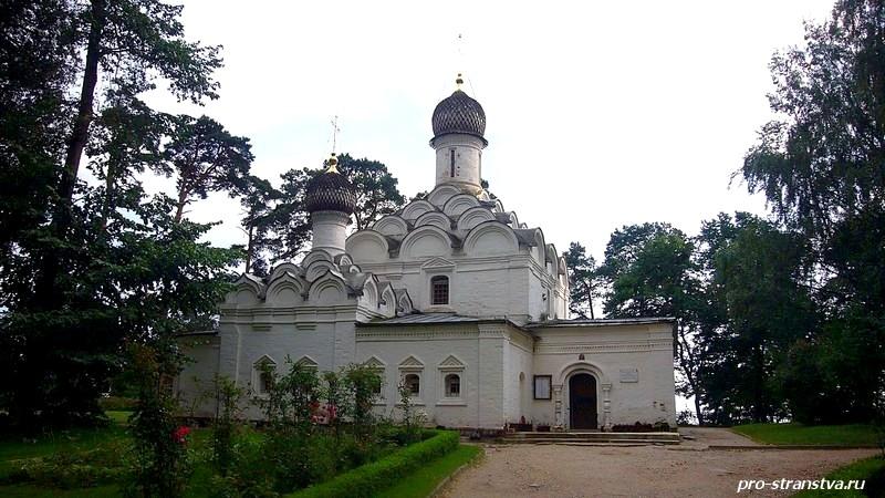 Красивая усадебная церковь