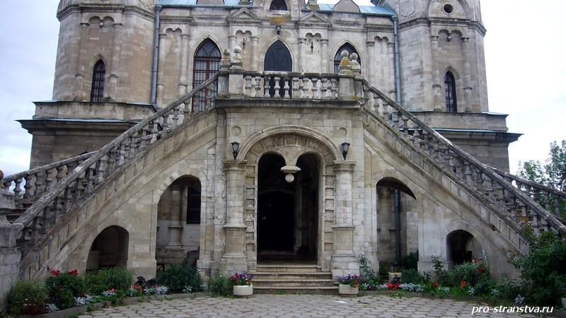 Парадный вход Владимирской церкви