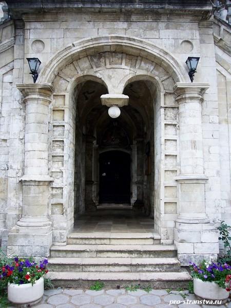 Вход в баженовскую церковь