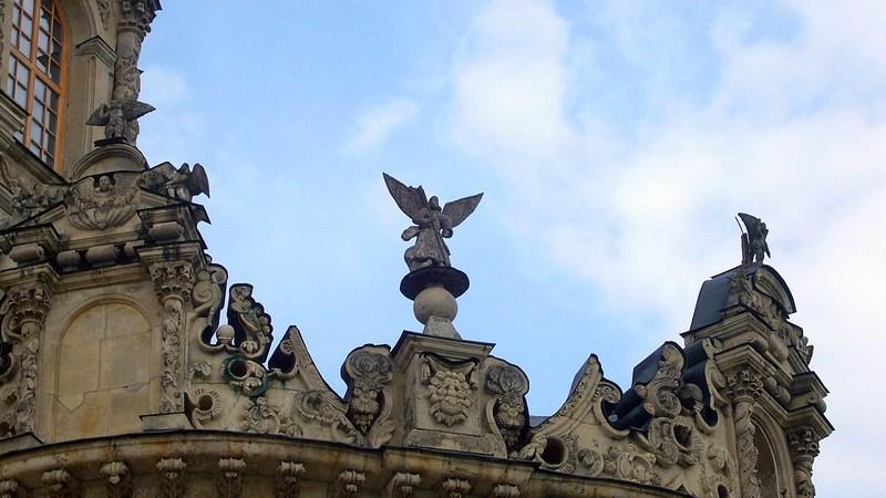 Фигурка ангела на храме