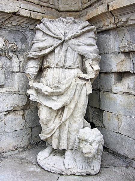 Разрушенные скульптуры