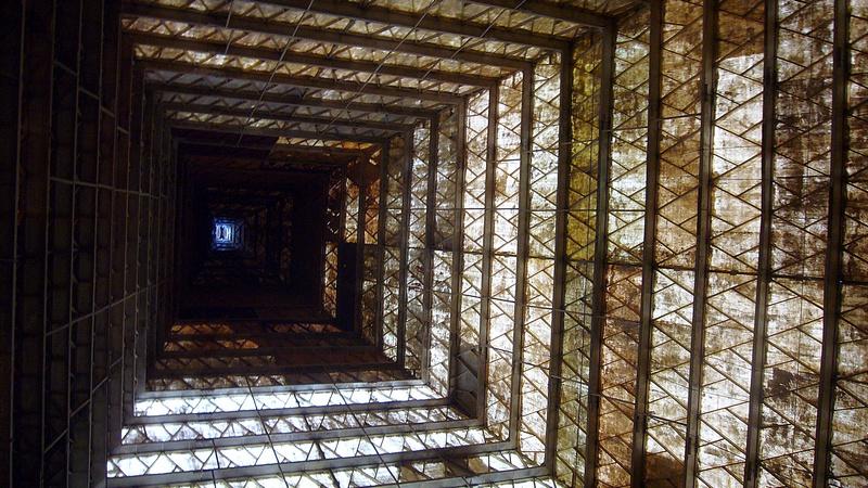 Внутри стеклопластиковой конструкции