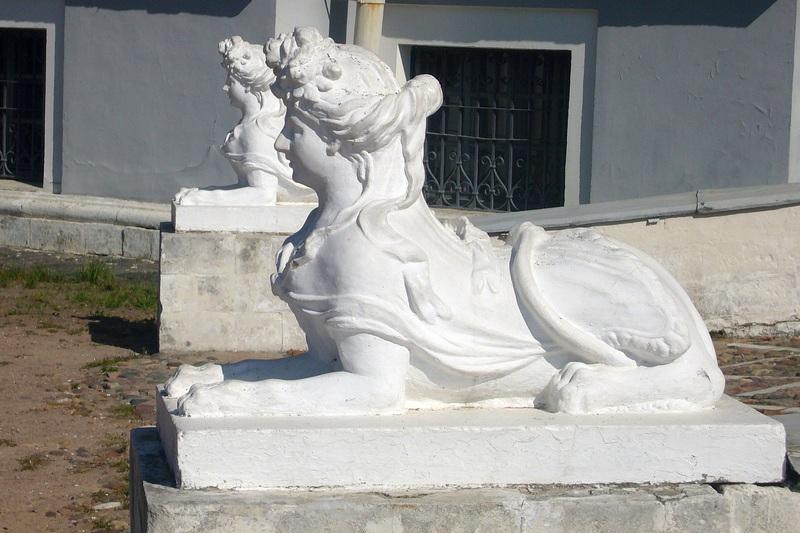 Сфинксы у дворца