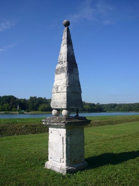 Рядом с прудом - небольшая пирамидка