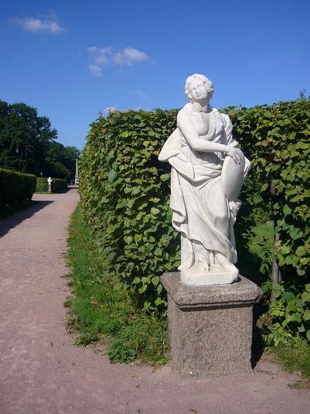 Греческая богиня около аллеи