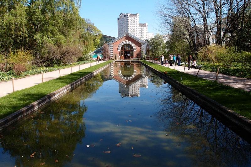 Вид на Зеркальный канал и фасад оранжереи
