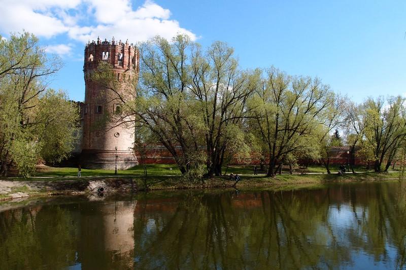 Башня у пруда