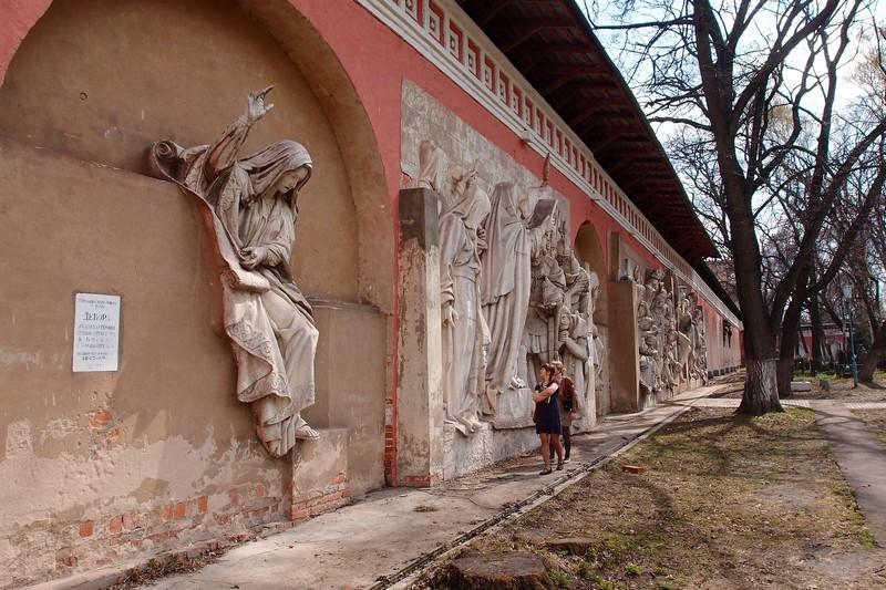Горельефы на восточной стене