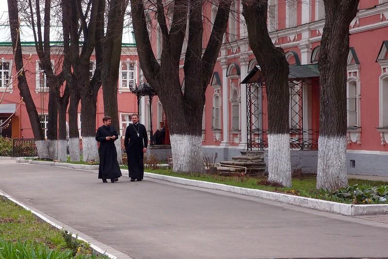 Монахи у кельи