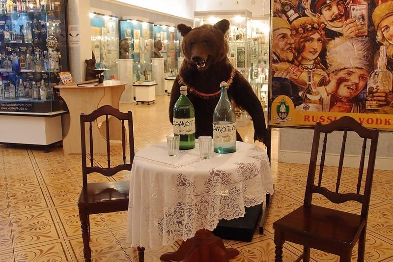 Медведь в музее водки