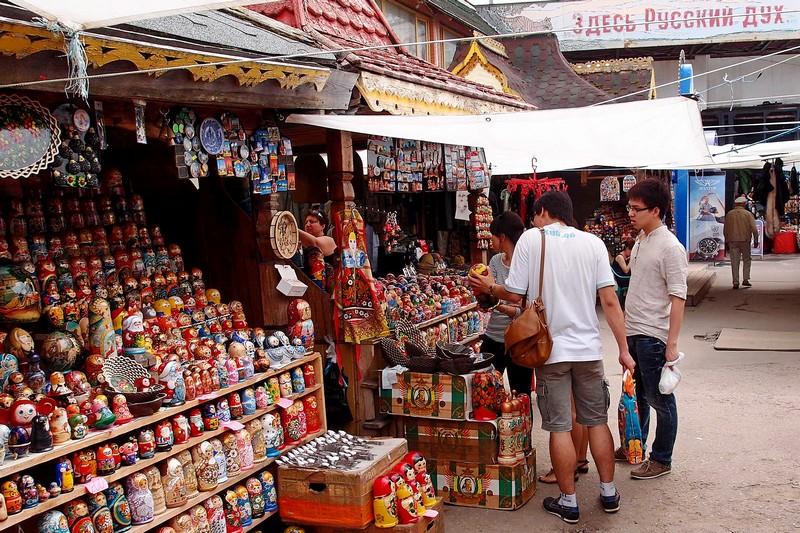 Иностранцы покупают матрешку