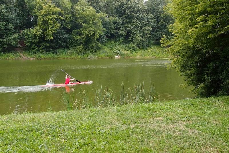 Плывет по пруду