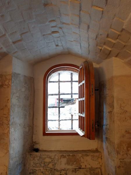 Подвальное окно
