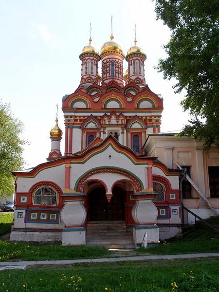 Храм рядом с палатами