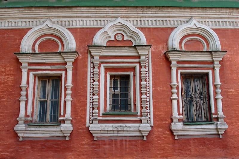 Окна с белокаменными наличниками