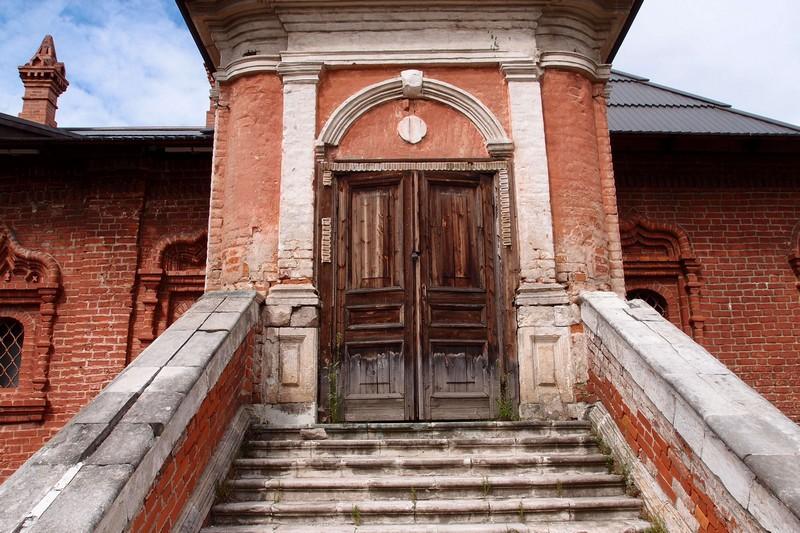 Крыльцо и деревянная дверь