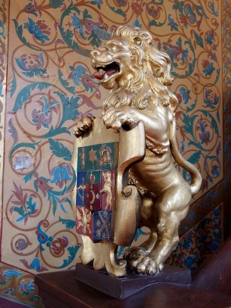 Лев с гербовым щитом