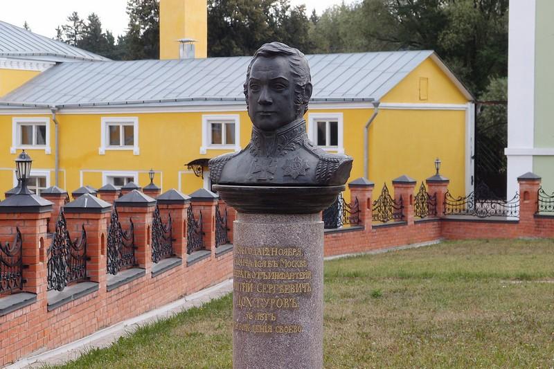 Памятник на могиле Дохтурова