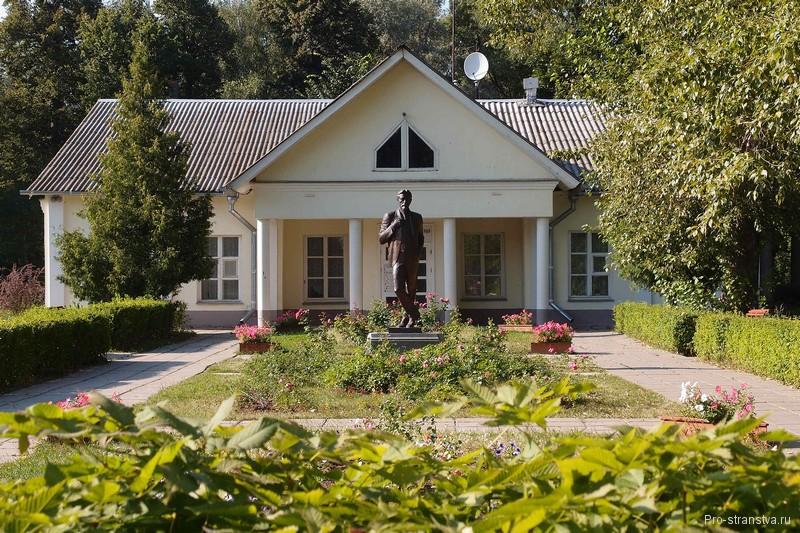Памятник Чехову в Мелихово
