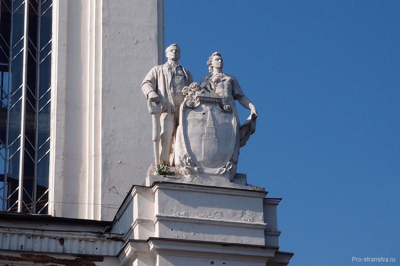Статуи на здании