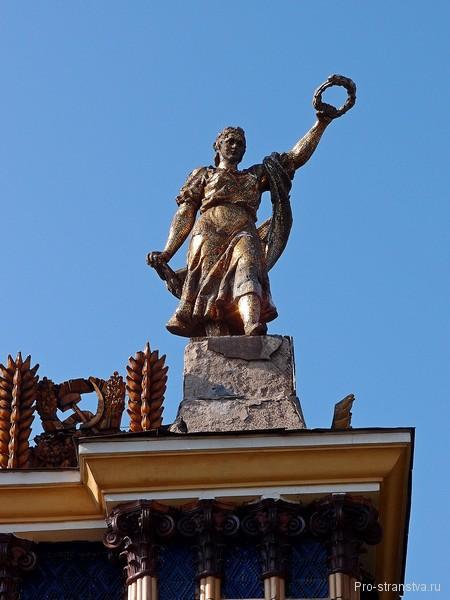 Золотая девушка на крыше