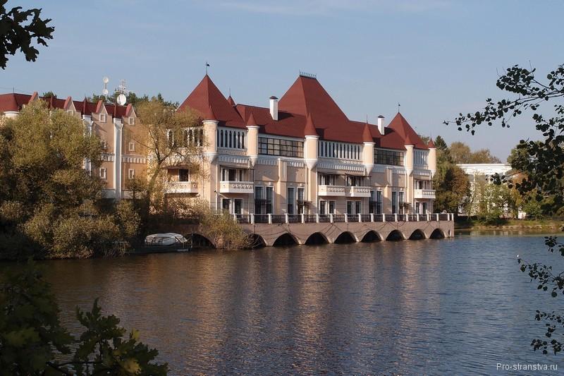 Замок у воды