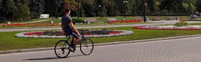Велосипедист у цветника