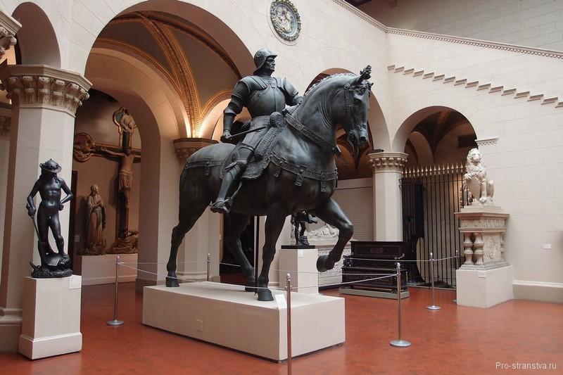 Конная статуя в Итальянском дворике