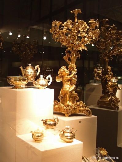 Канделябр и посуда на выставке