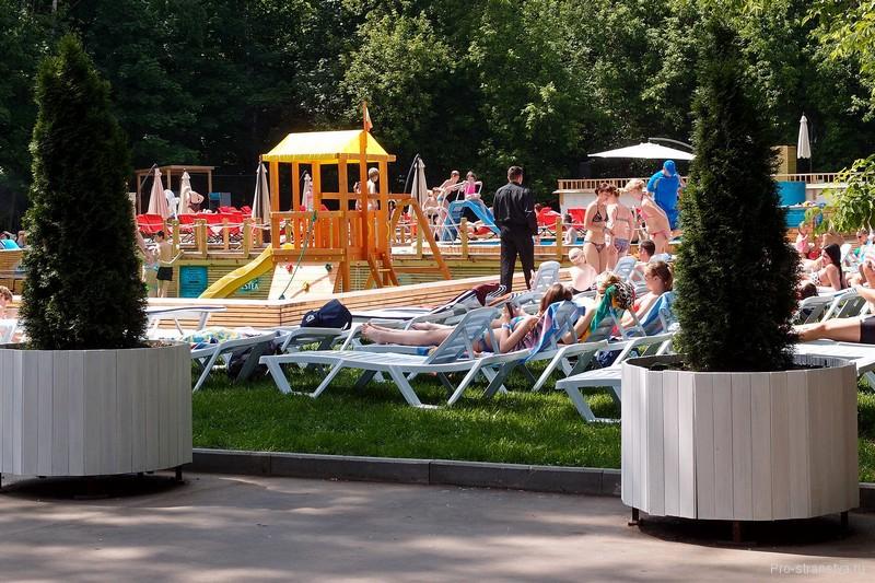Открытые бассейны в парковой зоне Москвы