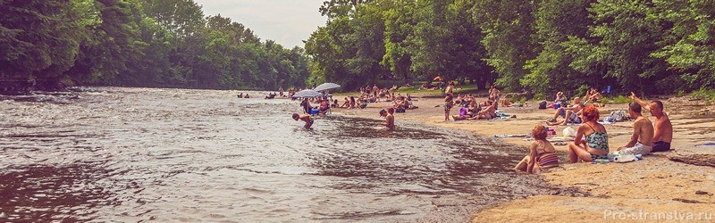 Отдыхающие на берегу реки