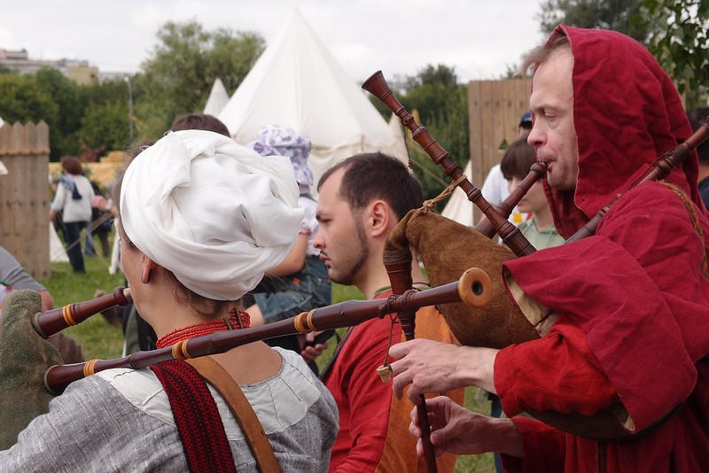 Музыканты играют на волынке