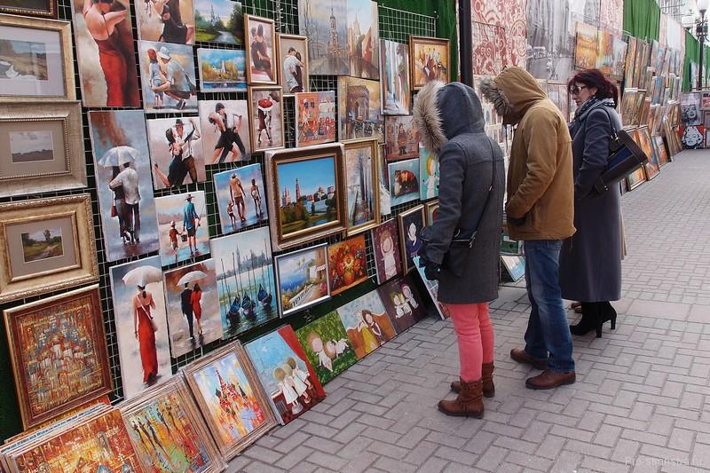 Выставка картин на улице