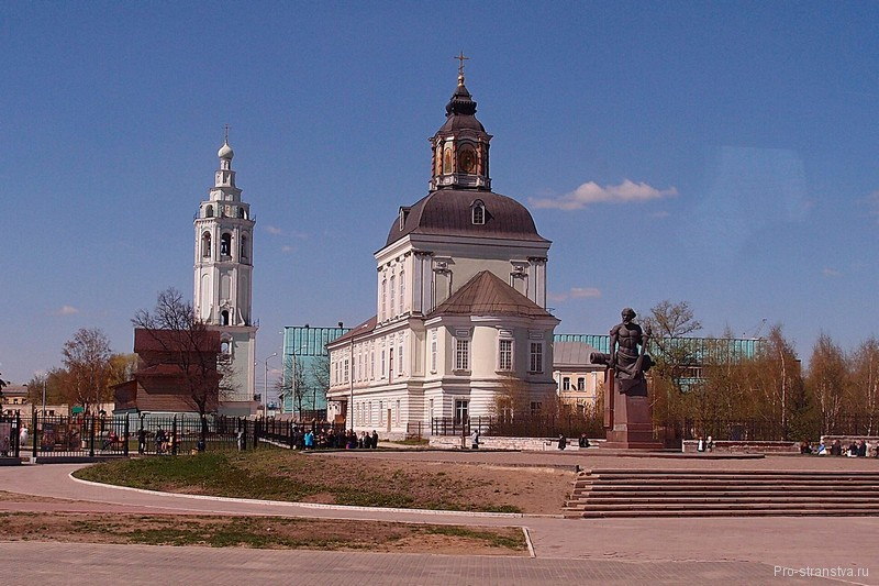 Памятник Демидову у храма