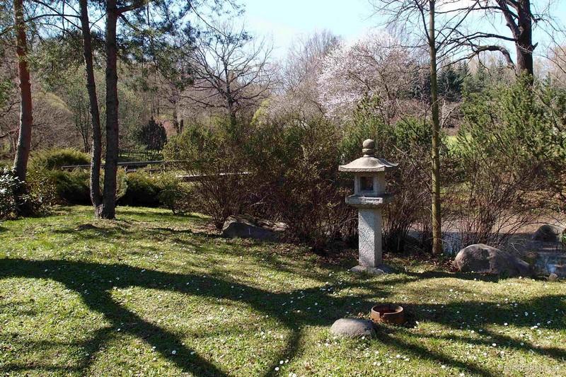 Каменный фонарь у входа
