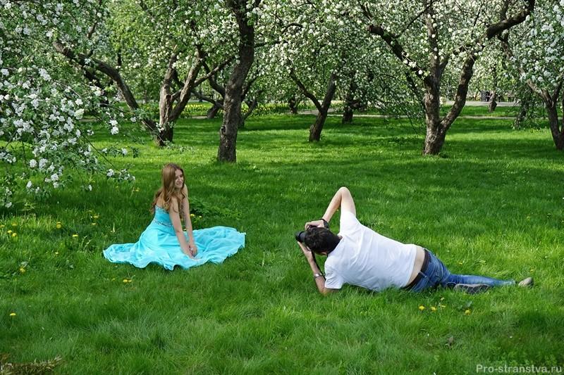 Фотограф и модель в парке