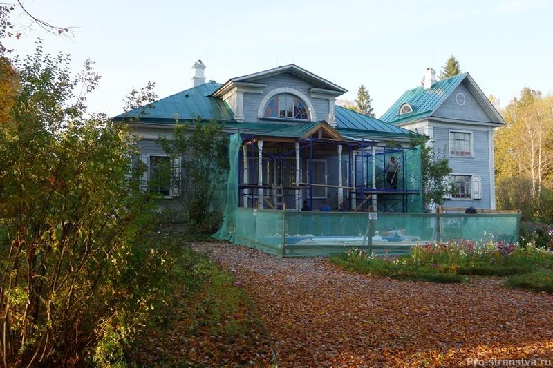Вид на главный дом