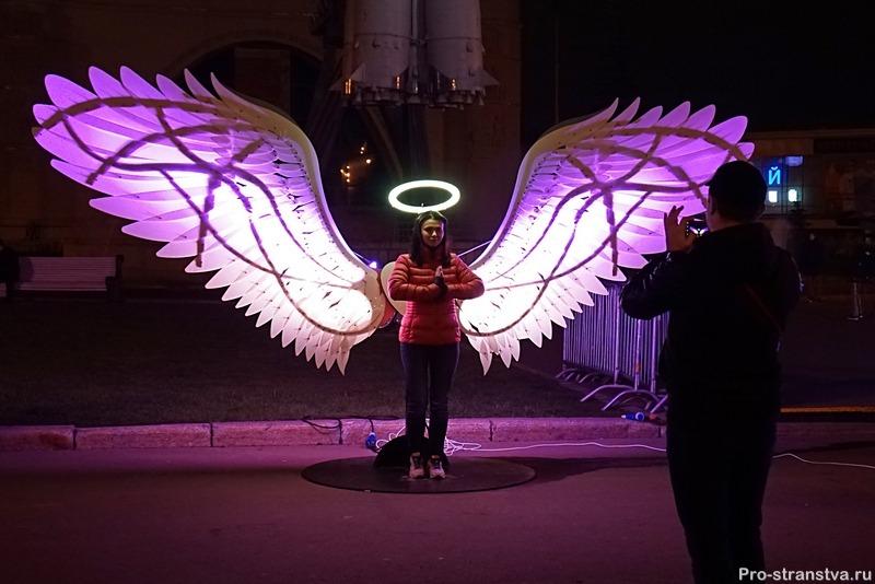 Фотосессия у светящихся крыльев